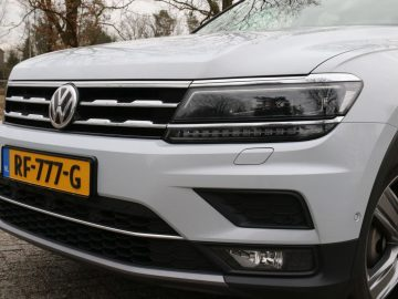 De VW-grille over de volle autobreedte.